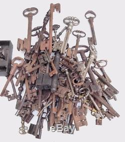 2 puissantes clés XVIIIe tige as de pique, cur, panneton en S et en 2