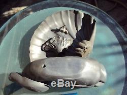Ancienne fontaine en étain en forme de dauphin