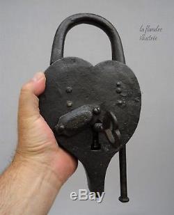 Énorme cadenas 18ème en fer forgé avec sa clé en forme de coeur Padlock