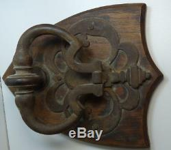 Heurtoir de porte ancien en fer complet monté sur un écu de bois