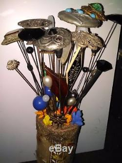 Lot de 45 épingles a chapeau anciennes avec support