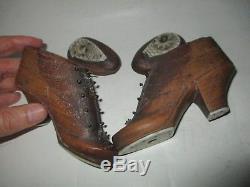 Paire de chaussures a aiguille en bois art populaire dés dedans Angleterre 19eme