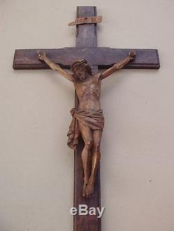 Remarquable grand crucifix en bois sculpté fin XIXe siècle